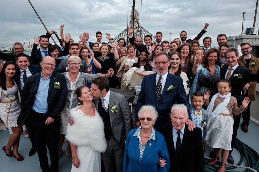 Britt & Jens zagen samen al de helft van de wereld, maar trouwen wilden ze graag in 'hun' Antwerpen.Met de huwelijksfotografen van iso800 trokken ze naar een pittoresk kerkje Lillo, vaarden met het prachtige zeilschip Marjorie II over de Schelde naar de voet van het MAS en gingen van daaruit het naar feestzaal LaRiva.Alle gasten die meevaren op de boot verzamelen voor een groepsfoto.