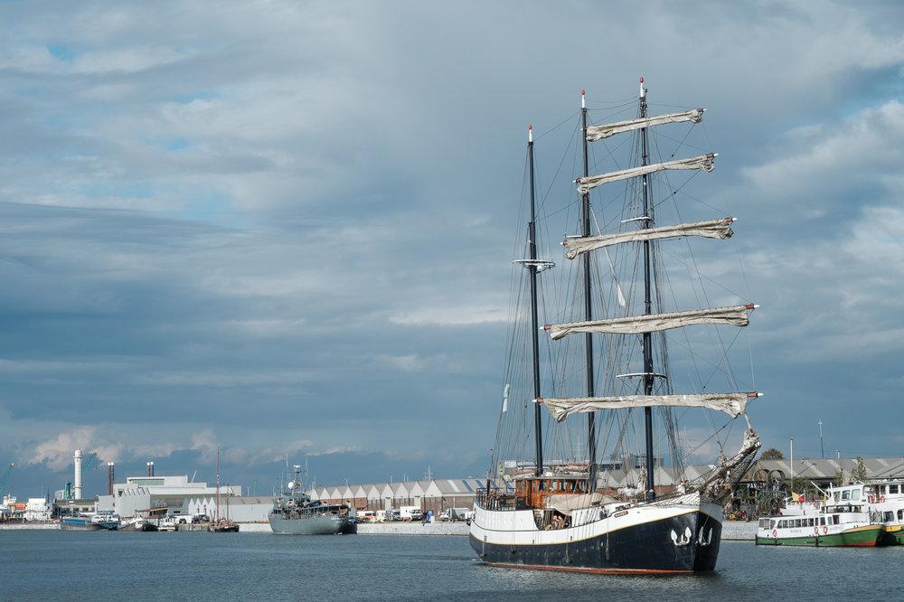 Britt & Jens zagen samen al de helft van de wereld, maar trouwen wilden ze graag in 'hun' Antwerpen.Met de huwelijksfotografen van iso800 trokken ze naar een pittoresk kerkje Lillo, vaarden met het prachtige zeilschip Marjorie II over de Schelde naar de voet van het MAS en gingen van daaruit het naar feestzaal LaRiva. Het schip en zijn gasten komen aan in de Antwerpse haven.