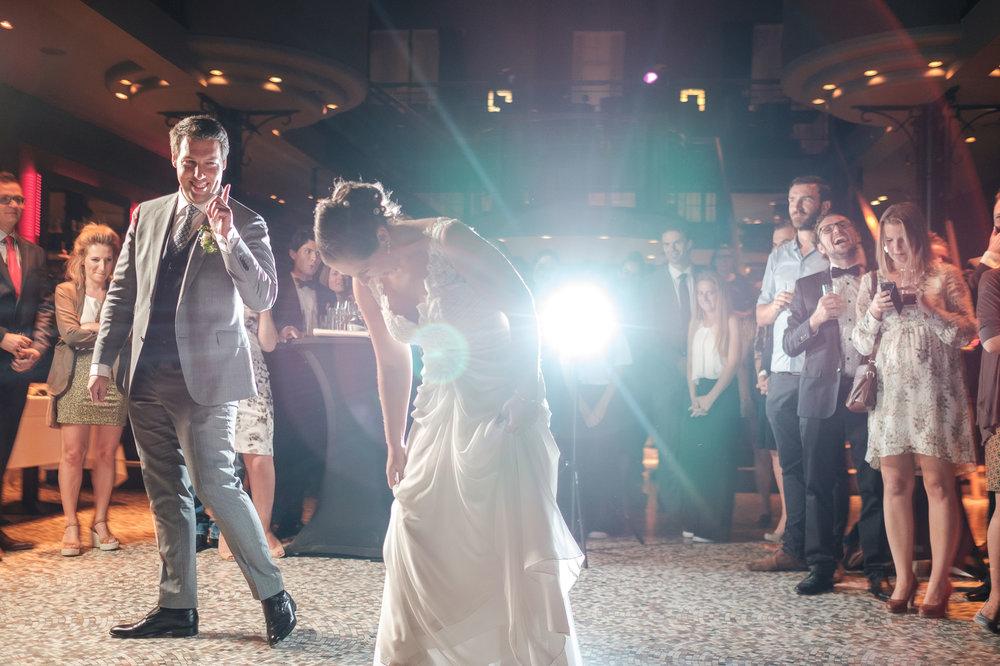 Britt & Jens zagen samen al de helft van de wereld, maar trouwen wilden ze graag in 'hun' Antwerpen.Met de huwelijksfotografen van iso800 trokken ze naar een pittoresk kerkje Lillo, vaarden met het prachtige zeilschip Marjorie II over de Schelde naar de voet van het MAS en gingen van daaruit het naar feestzaal LaRiva. Het koppel opent de dansvloer met hun openingsdans.