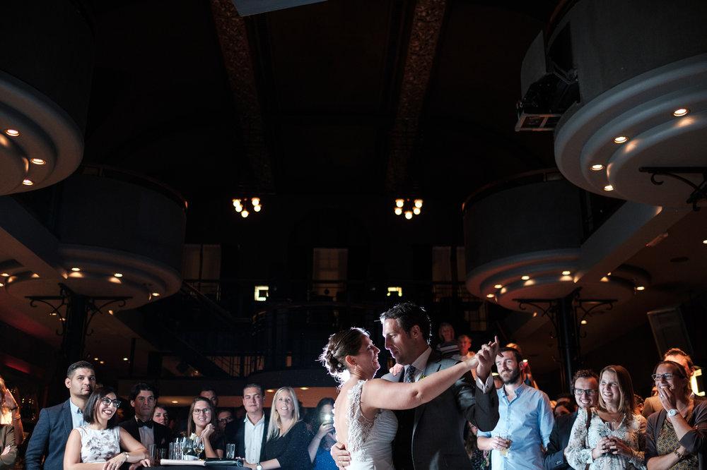 Britt & Jens zagen samen al de helft van de wereld, maar trouwen wilden ze graag in 'hun' Antwerpen.Met de huwelijksfotografen van iso800 trokken ze naar een pittoresk kerkje Lillo, vaarden met het prachtige zeilschip Marjorie II over de Schelde naar de voet van het MAS en gingen van daaruit het naar feestzaal LaRiva. Het bruidspaar danst hun openingsdans op het avondfeest.