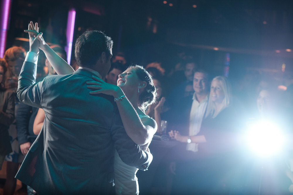 Britt & Jens zagen samen al de helft van de wereld, maar trouwen wilden ze graag in 'hun' Antwerpen.Met de huwelijksfotografen van iso800 trokken ze naar een pittoresk kerkje Lillo, vaarden met het prachtige zeilschip Marjorie II over de Schelde naar de voet van het MAS en gingen van daaruit het naar feestzaal LaRiva.Foto van de openingsdans.