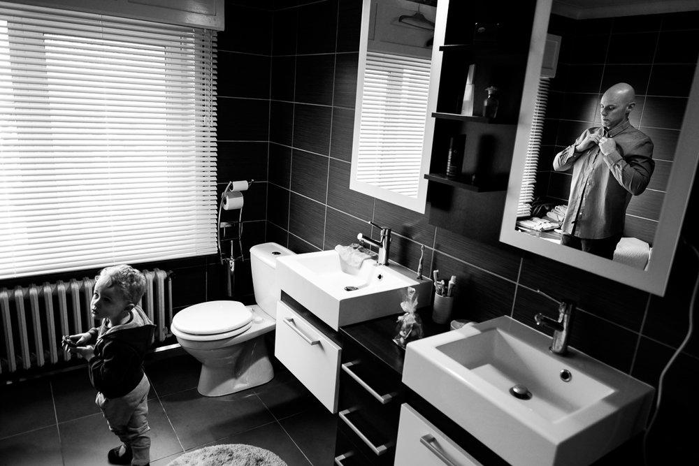 iso800 blikt terug op het voorbije jaar. In 2016 trokken de huwelijksfotografen en videografen van de Ardennen tot Toscane, van openingsdansen met fanfares tot heelder receptietafels in een zwembad. Een overzicht van de leukste beelden uit 2016. Bruidegom kleedt zich aan in de badkamer, zoon kijkt toe.