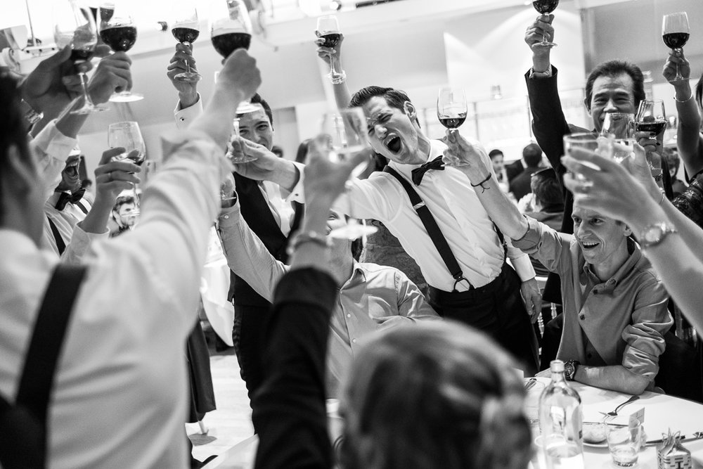 iso800 blikt terug op het voorbije jaar. In 2016 trokken de huwelijksfotografen en videografen van de Ardennen tot Toscane, van openingsdansen met fanfares tot heelder receptietafels in een zwembad. Een overzicht van de leukste beelden uit 2016. Gasten, getuigen van de bruidegom toasten op het avondfeest.