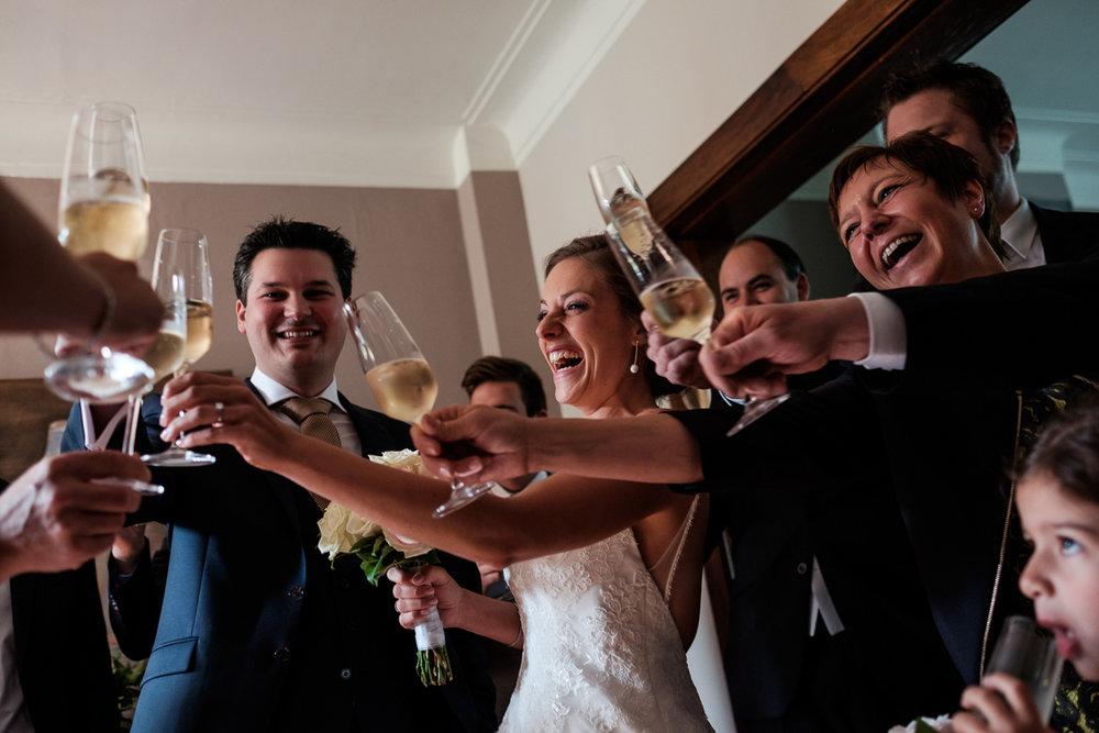 iso800 blikt terug op het voorbije jaar. In 2016 trokken de huwelijksfotografen en videografen van de Ardennen tot Toscane, van openingsdansen met fanfares tot heelder receptietafels in een zwembad. Een overzicht van de leukste beelden uit 2016. Gasten, bruid en bruidegom toasten op het bruidspaar.