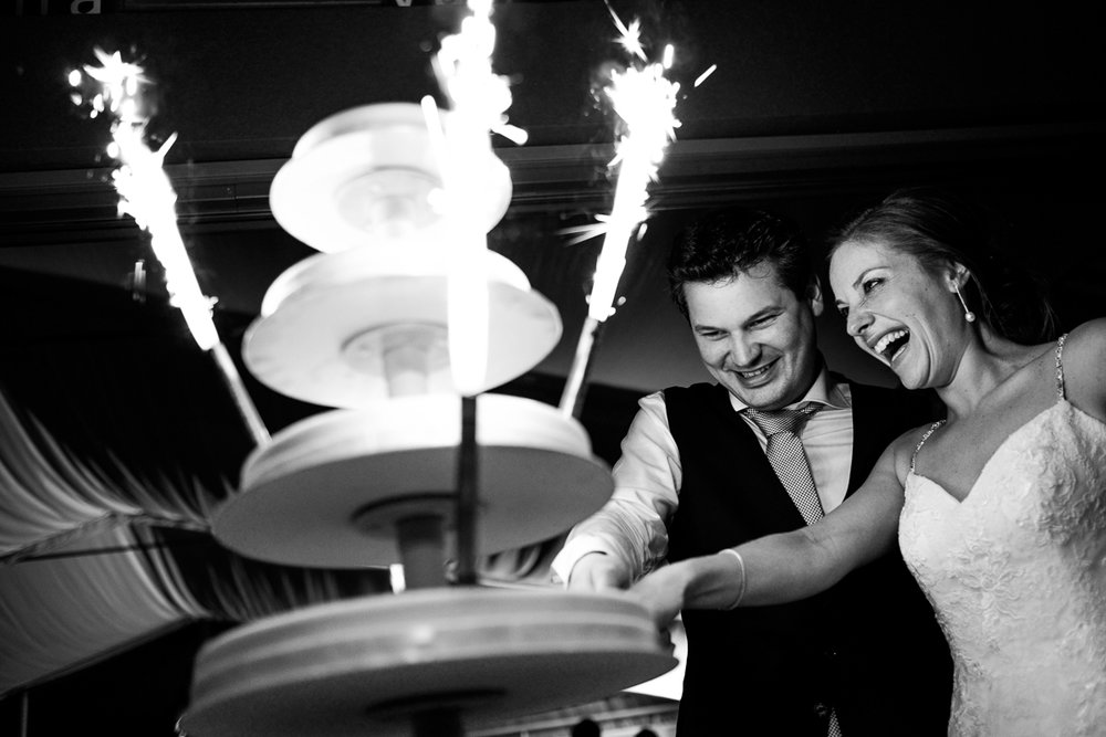 iso800 blikt terug op het voorbije jaar. In 2016 trokken de huwelijksfotografen en videografen van de Ardennen tot Toscane, van openingsdansen met fanfares tot heelder receptietafels in een zwembad. Een overzicht van de leukste beelden uit 2016. Bruidspaar snijdt de taart aan.
