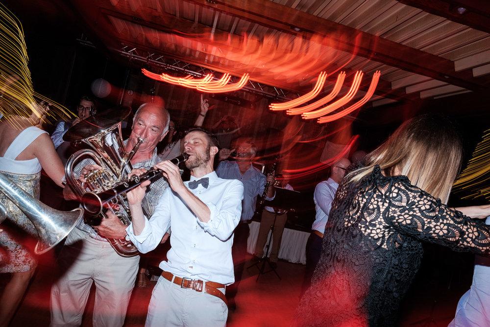 iso800 blikt terug op het voorbije jaar. In 2016 trokken de huwelijksfotografen en videografen van de Ardennen tot Toscane, van openingsdansen met fanfares tot heelder receptietafels in een zwembad. Een overzicht van de leukste beelden uit 2016. Fanfare speelt live tijdens het avondfeest.