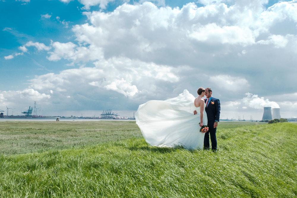 iso800 blikt terug op het voorbije jaar. In 2016 trokken de huwelijksfotografen en videografen van de Ardennen tot Toscane, van openingsdansen met fanfares tot heelder receptietafels in een zwembad. Een overzicht van de leukste beelden uit 2016. Een fotoshoot met het bruidspaar in de duinen van de Antwerpse haven met Doel in de achtergrond,het kleed van de bruid wappert prachtig door de stevife wind..