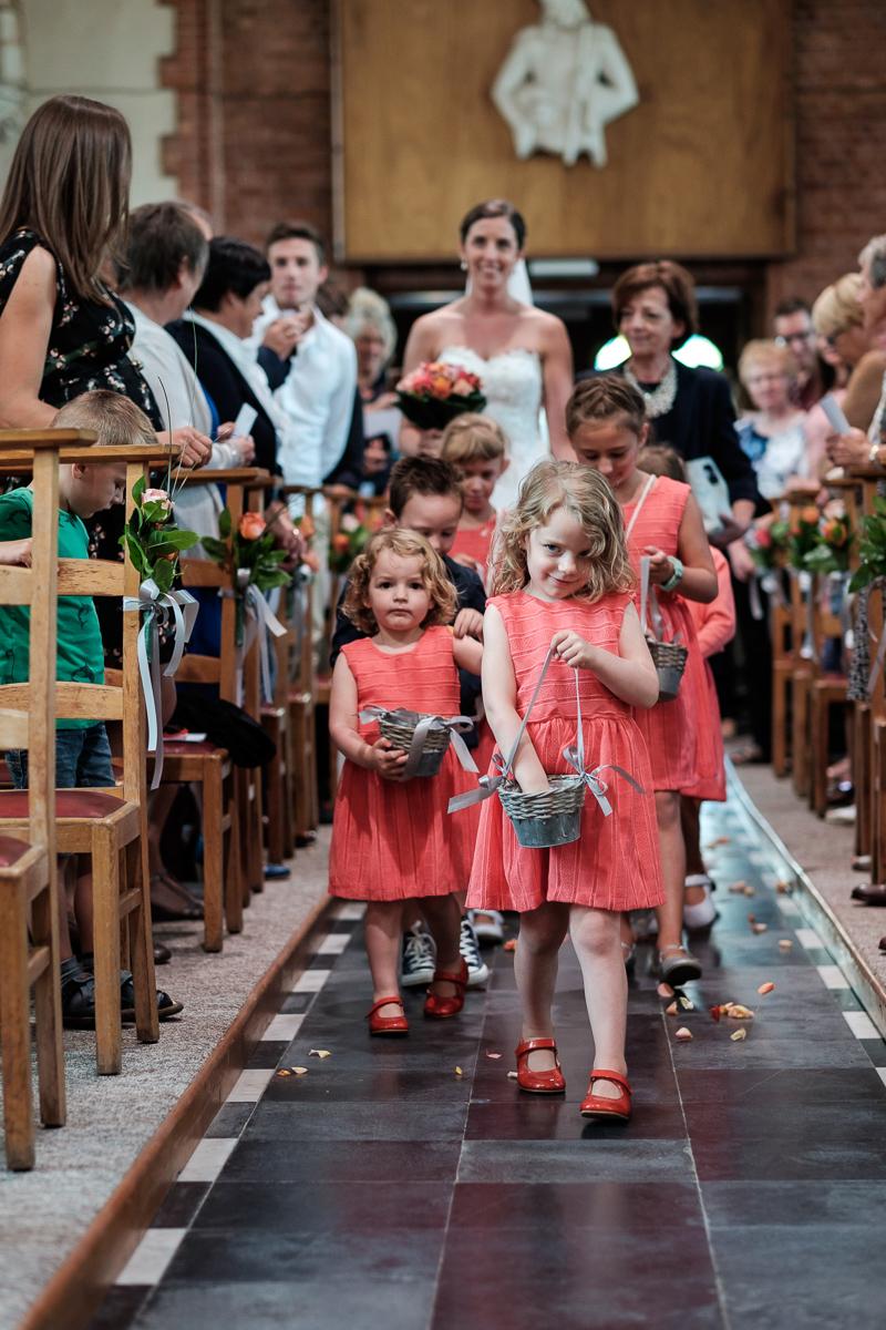 iso800 blikt terug op het voorbije jaar. In 2016 trokken de huwelijksfotografen en videografen van de Ardennen tot Toscane, van openingsdansen met fanfares tot heelder receptietafels in een zwembad. Een overzicht van de leukste beelden uit 2016. Bruidsmeisjes lopen voor de bruid de kerk binnen en strooien bloemblaadjes in het gangpad.