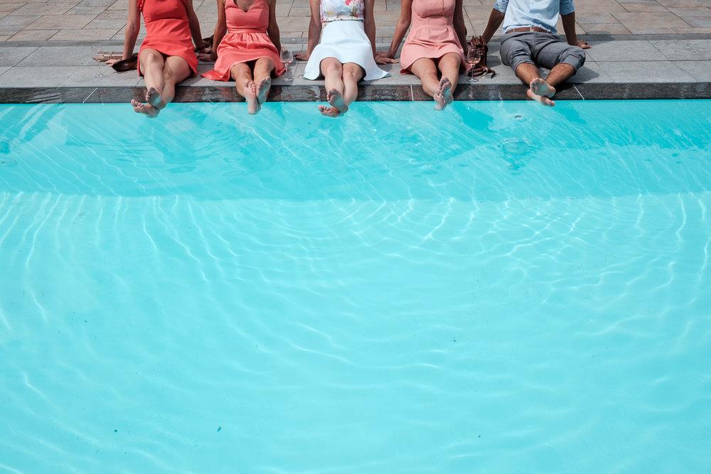 iso800 blikt terug op het voorbije jaar. In 2016 trokken de huwelijksfotografen en videografen van de Ardennen tot Toscane, van openingsdansen met fanfares tot heelder receptietafels in een zwembad. Een overzicht van de leukste beelden uit 2016. 4 bruidsmeisjes en 1 getuige zitten bij het zwembad, met de voeten in het wateR.