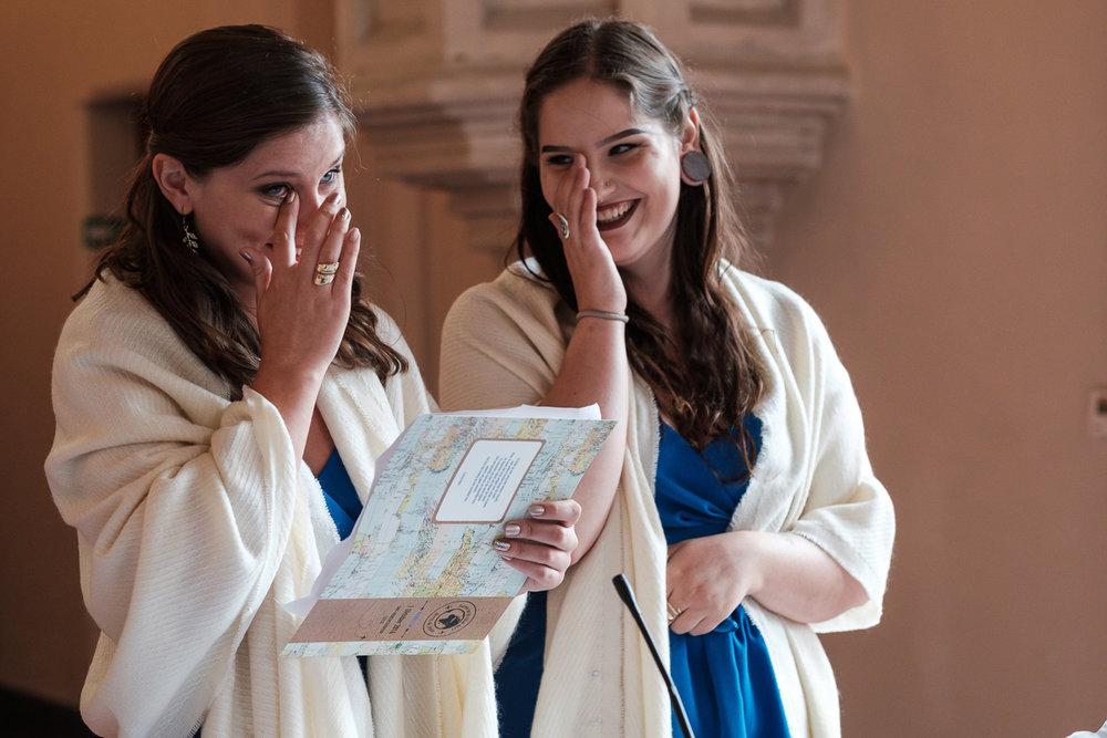 iso800 blikt terug op het voorbije jaar. In 2016 trokken de huwelijksfotografen en videografen van de Ardennen tot Toscane, van openingsdansen met fanfares tot heelder receptietafels in een zwembad. Een overzicht van de leukste beelden uit 2016. Tijdens de ceremonie in de kerk geven de zussen van de bruid een speech, waarbij ze beiden een traan laten.