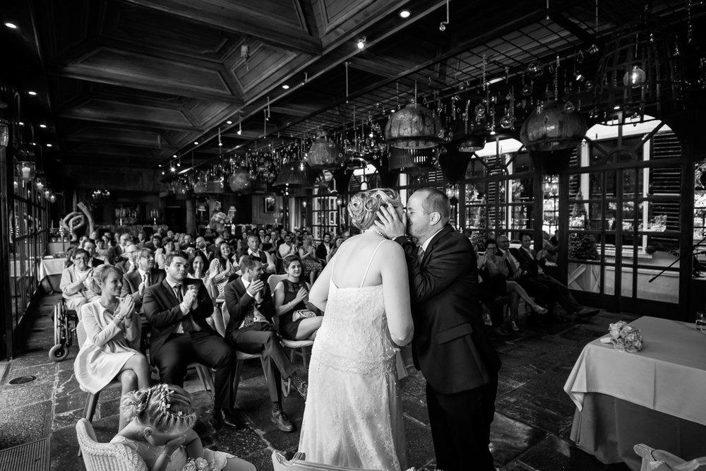 iso800 blikt terug op het voorbije jaar. In 2016 trokken de huwelijksfotografen en videografen van de Ardennen tot Toscane, van openingsdansen met fanfares tot heelder receptietafels in een zwembad. Een overzicht van de leukste beelden uit 2016. Het hoogtepunt van de ceremonie, bruidspaar geeft elkaar een kus, mensen juichen in de achtergrond, in de voorgrond is het jonge dochtertje duidelijk ontroerd.