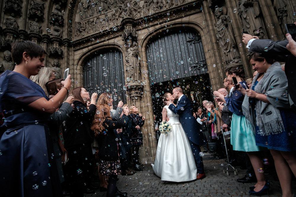 iso800 blikt terug op het voorbije jaar. In 2016 trokken de huwelijksfotografen en videografen van de Ardennen tot Toscane, van openingsdansen met fanfares tot heelder receptietafels in een zwembad. Een overzicht van de leukste beelden uit 2016. Het bruidspaar zoent in het prachtige portaal van de Kathedraal van Antwerpen. De omstaanders blazen bellen en nemen foto's met hun gsm.