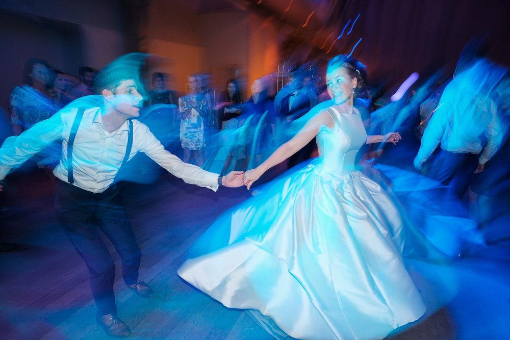 iso800 blikt terug op het voorbije jaar. In 2016 trokken de huwelijksfotografen en videografen van de Ardennen tot Toscane, van openingsdansen met fanfares tot heelder receptietafels in een zwembad. Een overzicht van de leukste beelden uit 2016. Bruidspaar danst op avondfeest.