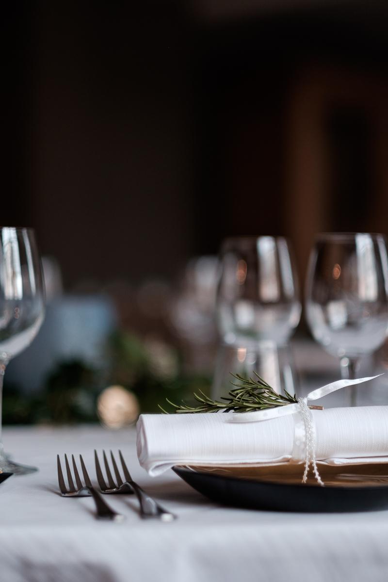 iso800 blikt terug op het voorbije jaar. In 2016 trokken de huwelijksfotografen en videografen van de Ardennen tot Toscane, van openingsdansen met fanfares tot heelder receptietafels in een zwembad. Een overzicht van de leukste beelden uit 2016. Sfeerbeeld van het avondfeest, de versierde tafel.