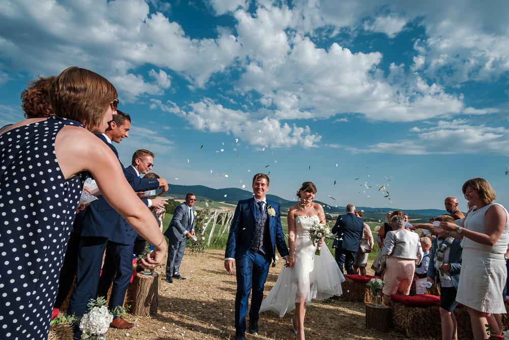 iso800 blikt terug op het voorbije jaar. In 2016 trokken de huwelijksfotografen en videografen van de Ardennen tot Toscane, van openingsdansen met fanfares tot heelder receptietafels in een zwembad. Een overzicht van de leukste beelden uit 2016. Het bruidspaar verlaat de ceremonie, er wordt confettie gestrooid onder een staalblauwe Toscaanse hemel.