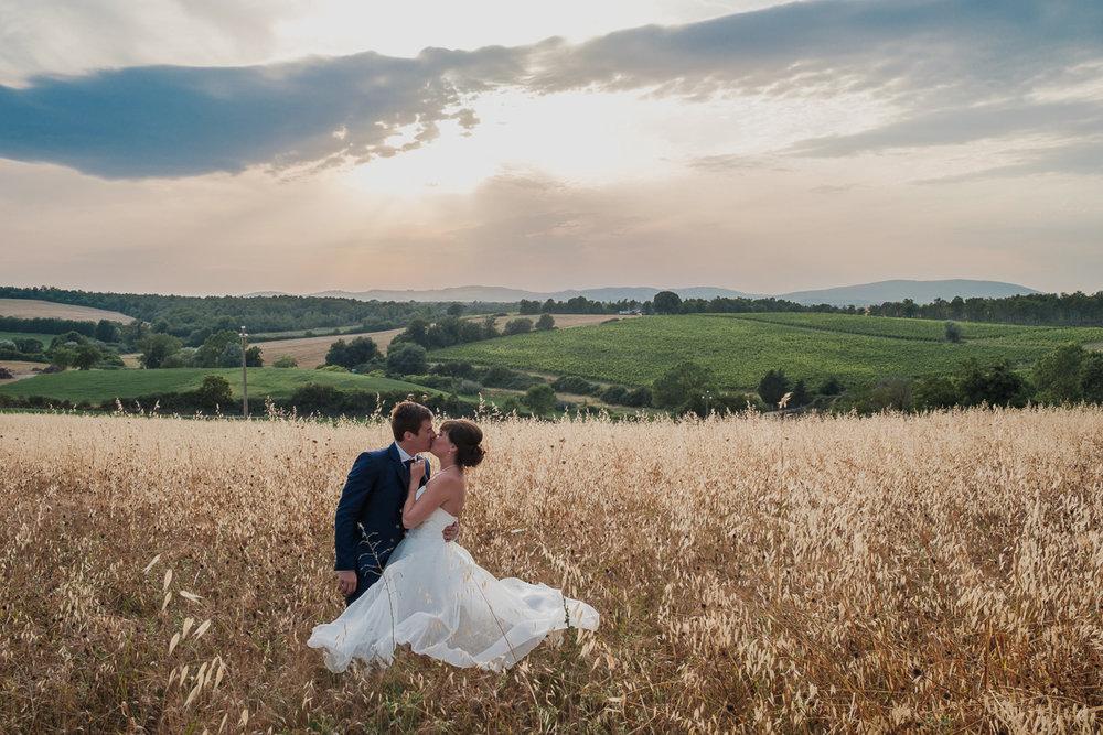 iso800 blikt terug op het voorbije jaar. In 2016 trokken de huwelijksfotografen en videografen van de Ardennen tot Toscane, van openingsdansen met fanfares tot heelder receptietafels in een zwembad. Een overzicht van de leukste beelden uit 2016. Dit destination huwelijk was volkomen geslaagd. Het bruidspaar poseert in een graanveld met tegen een achtergrond van een late namiddag zon in Toscane.