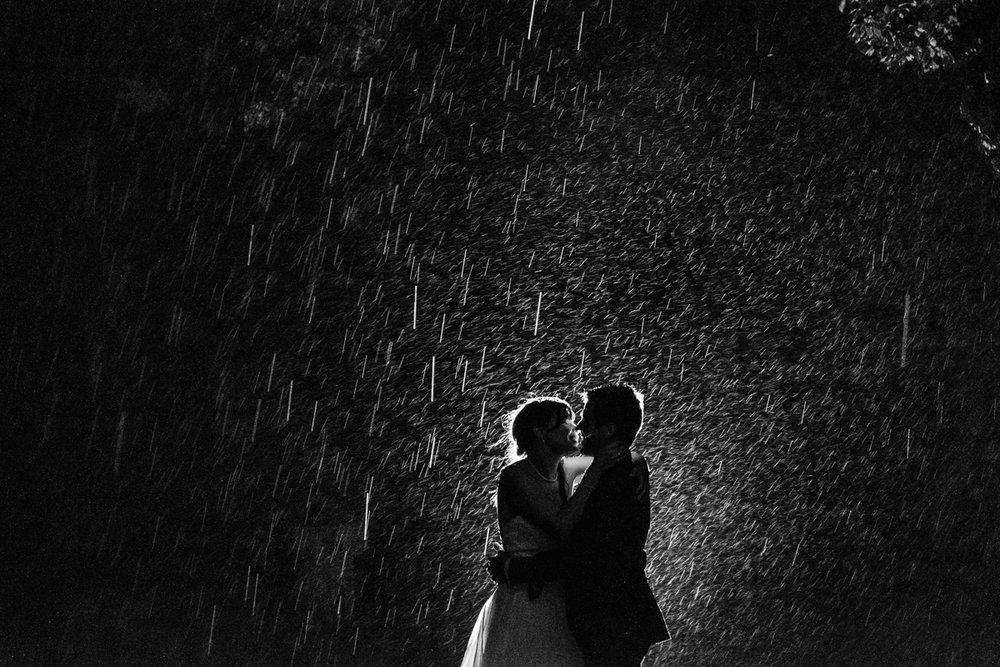iso800 blikt terug op het voorbije jaar. In 2016 trokken de huwelijksfotografen en videografen van de Ardennen tot Toscane, van openingsdansen met fanfares tot heelder receptietafels in een zwembad. Een overzicht van de leukste beelden uit 2016. Zwart-wit foto dat zoent in de nachtelijke regen van Toscane, Italië.