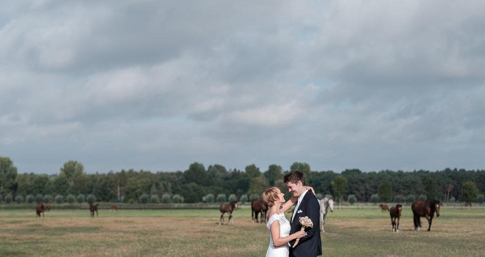 iso800 blikt terug op het voorbije jaar. In 2016 trokken de huwelijksfotografen en videografen van de Ardennen tot Toscane, van openingsdansen met fanfares tot heelder receptietafels in een zwembad. Een overzicht van de leukste beelden uit 2016. Foto van tijdens een shoot met het bruidspaar met een weiland vol paarden in de achtergrond.