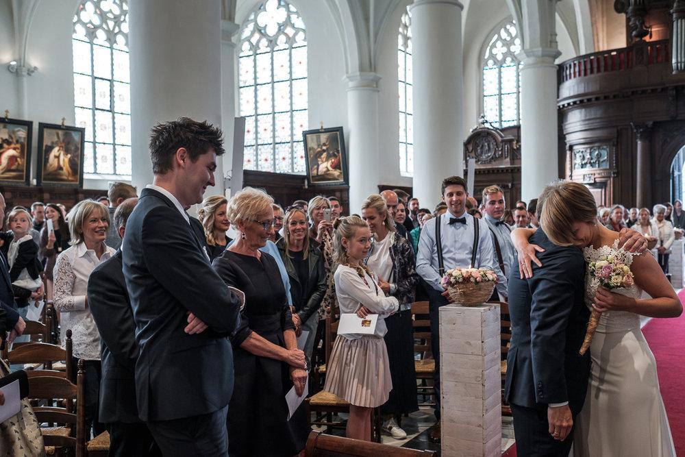iso800 blikt terug op het voorbije jaar. In 2016 trokken de huwelijksfotografen en videografen van de Ardennen tot Toscane, van openingsdansen met fanfares tot heelder receptietafels in een zwembad. Een overzicht van de leukste beelden uit 2016. Vader en dochter omhelzen elkaar na hun intrede in de kerk.
