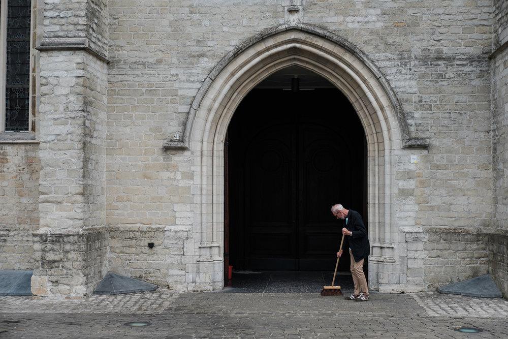 iso800 blikt terug op het voorbije jaar. In 2016 trokken de huwelijksfotografen en videografen van de Ardennen tot Toscane, van openingsdansen met fanfares tot heelder receptietafels in een zwembad. Een overzicht van de leukste beelden uit 2016. Sfeerbeeld, een man veegt met een borstel een zijingang van de kathedraal van Antwerpen.