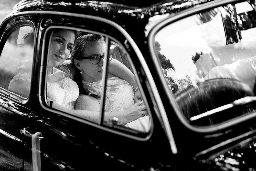 iso800 blikt terug op het voorbije jaar. In 2016 trokken de huwelijksfotografen en videografen van de Ardennen tot Toscane, van openingsdansen met fanfares tot heelder receptietafels in een zwembad. Een overzicht van de leukste beelden uit 2016. Zwart-wit foto van twee bruiden die romantisch in elkaars armen liggen in een oldtimer.