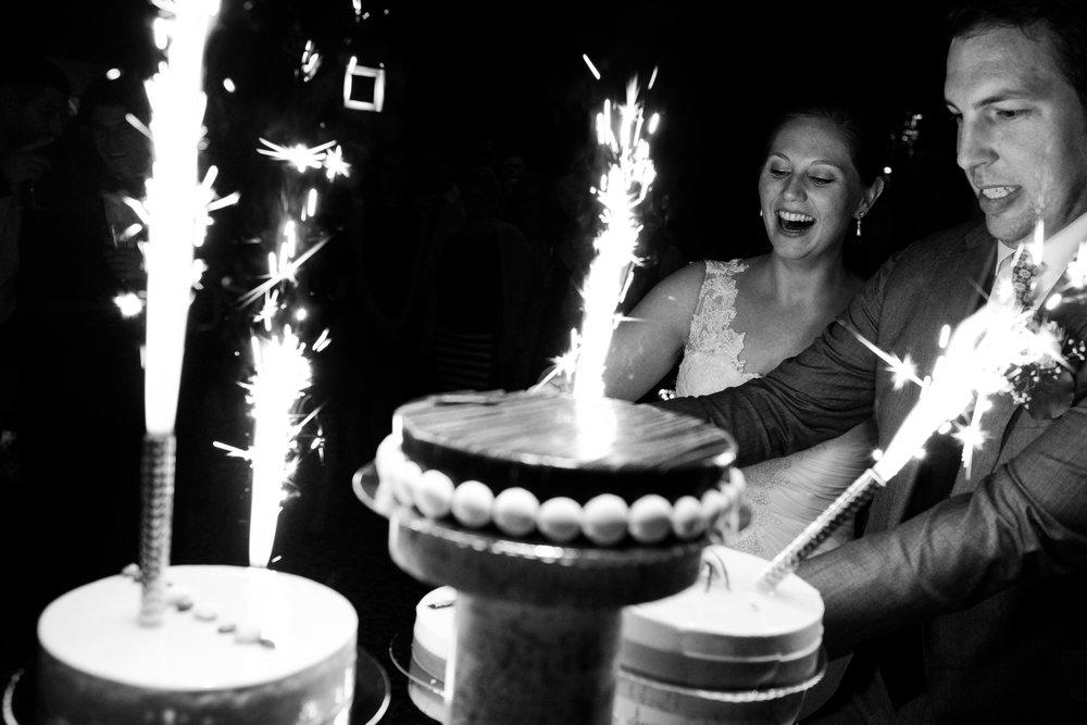 Britt & Jens zagen samen al de helft van de wereld, maar trouwen wilden ze graag in 'hun' Antwerpen.Met de huwelijksfotografen van iso800 trokken ze naar een pittoresk kerkje Lillo, vaarden met het prachtige zeilschip Marjorie II over de Schelde naar de voet van het MAS en gingen van daaruit het naar feestzaal LaRiva. Het bruidspaar snijdt de taart aan.
