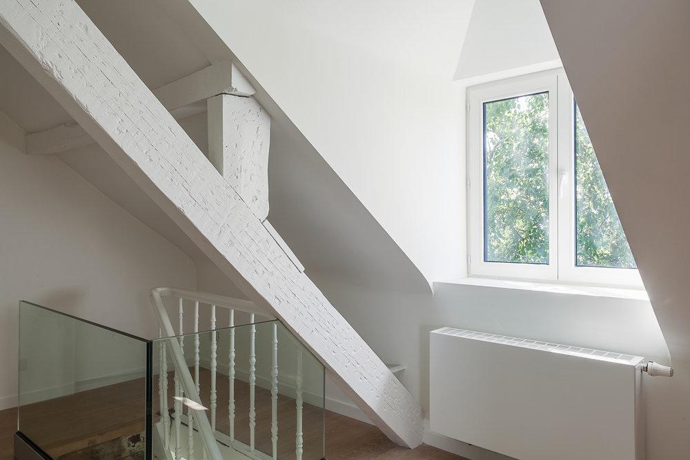 S-architecten's doel is te komen tot een zo flexibel mogelijke architectuur met een duurzaam karakter, niet alleen wat betreft plan maar ook qua vormgeving en materialisatie. De interieurfotograaf van iso800 mocht deze interieurs in Antwerpen en Schelle fotograferen.