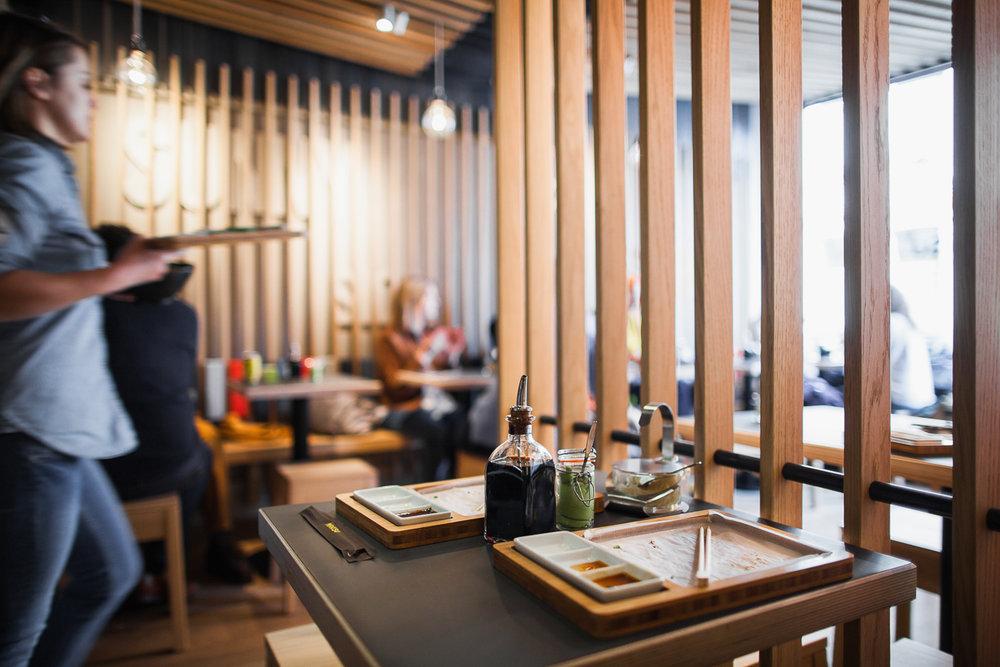 NCBham is een architectenbureau dat zich specialiseert in indrukwekkende ruimtes. Makisu: heerlijke sushi in een super stijlvol interieur – dankzij NCBham. De interieurfotograaf van iso800 maakte een reportage.