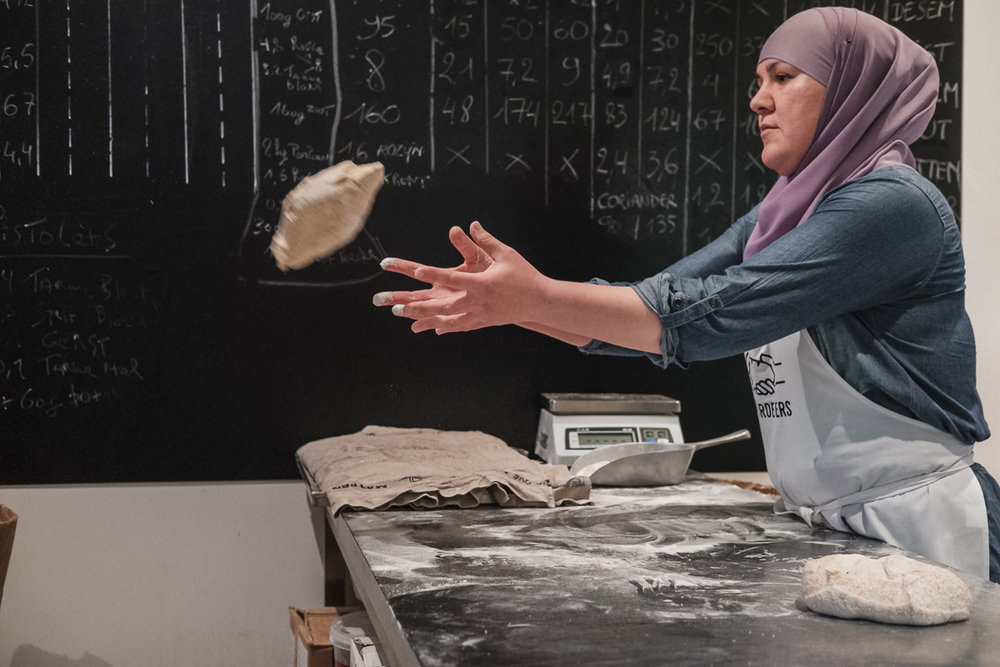 GREEN is een fotografisch priveproject van Jonathan Debeer (iso800) waarbij hij op zoek gaat naar inspirerende jonge bedrijven op het snijpunt tussen ecologie en technologie. Broodbroeders is een bakkerij die het abonnement businessmodel gebruikt.