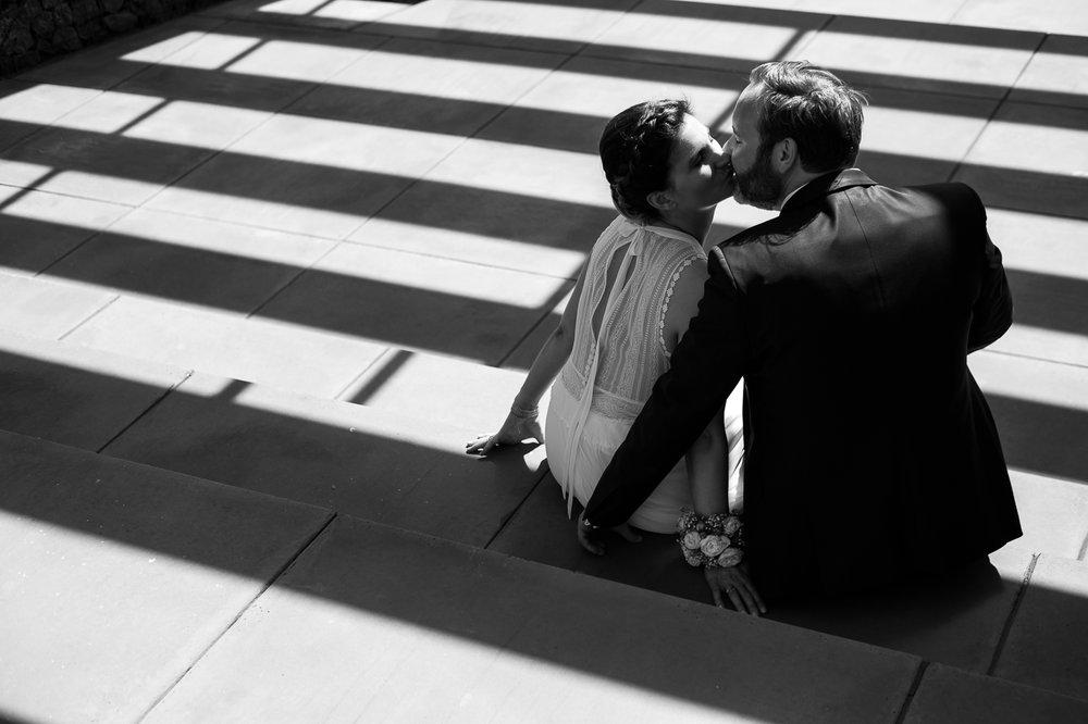 15 jaar, twee kinderen, een huis en zo veel meer nadat Marianne en Stijn elkaar leerden kennen, gaven ze op 26 mei elkaar het ja-woord. Dat werd gevierd, samen met hun schatjes van dochters, een kleine kring en yours truly in Bebronna. Aan zon geen gebrek, integendeel, maar gelukkig voor het mooie koppel houdt de huwelijksfotograaf van iso800 ook van foto's in de schaduw.