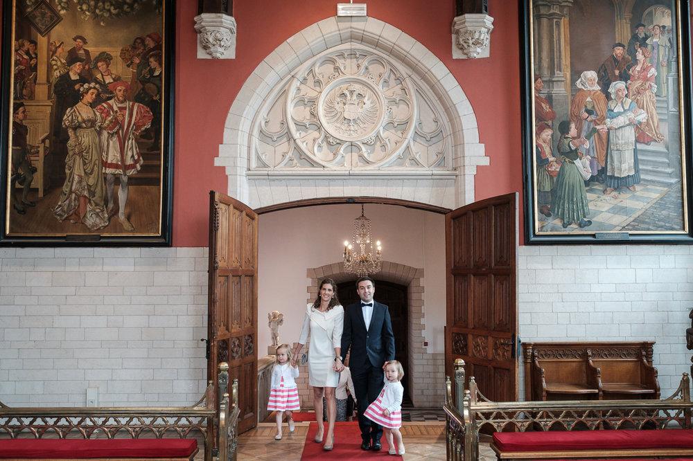 Toen ik zaterdagochtend aan de deur hing bij Tinne voelde ik me meteen helemaal thuis. Omdat ik hun burgerlijk huwelijk vorige week al in beeld mocht brengen én omdat dit koppel, en per uitbreiding de hele familie, heerlijk relaxed is. Een pracht van een bruid en een puike -gom zijn dan een mooie kers op een niet-eens-zo-figuurlijke taart. Van de Pieter en Pauluskerk van Mechelen tot het 's Gravenhof in Schilde, van zon naar regen en terug: deze huwelijksfotograaf van iso800 keerde met volle kaartjes en voldoening terug naar huis.