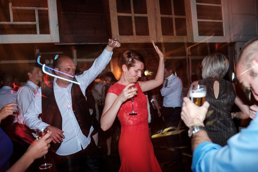 Een huwelijk als dat van Sarah en Ruben is voor onze huwelijksfotograaf een waar plezier. Een koppel dat zich laat aanspreken als 'schoonheid' en 'bink', dat elkaar het jawoord geeft in de rooftop bar Gaston, dat met plezier tussen nadarhekken kruipt voor de fotoshoot. Beginnen deden ze in Deinze, waar alles officieel in kannen en kruiken werd gegoten. Daarna was het pintelieren geblazen tot het tijd was om naar Gent te rijden. De aankleding en sympathieke aanwezigheid van Hotel Chevalier maakte onze dag alleen maar schoner.