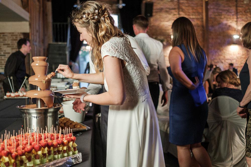Huisje, tuintje, kindje...trouwpje? Absoluut! We are all for it en volgden Marie, Roderick en kleine Louis helemaal tot in het Domein Jaurieu in het verre Arc-Watripont Te midden de velden, de rust en de diertjes genoten ze van de kers op de taart van 7 jaar samen zijn. Prachtig weer, prachtige bruid, prachtige bruidegom en crème van een nageslacht: het was dit weekend voor deze twee huwelijksfotografen van iso800 weer visueel vingers aflikken tot aan onze ellebogen.