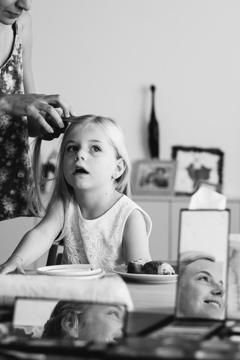 Tussen druilerige dagen van natte miserie door schitterde 8 juli 2017 bijzonder hard. Door het warme weer, maar meer nog door Lien, Tim, Mylo en Mare. Wij hebben een hart voor al onze trouwers maar koppeltjes met kindjes, daarvan weten we dat ze ons sowieso een topdag zullen voorschotelen; omdat kindjes een heerlijke chaos aan de dag toevoegen; omdat er sowieso vroeg of laat snoepjes op het menu staan; en omdat bruid en -gom elkaar minstens graag genoeg zien om die koters te overleven – neem het aan van twee huwelijksfotografen met kinderen, dat is soms HEEL erg graag. Van Gent tufte het gezelschap naar het Prullenbos met een wortel-oranje Volkswagen voor een zonovergoten tuinfeest. En toen de zon dan eindelijk leeggegoten was, gingen de lichtjes aan en kroop de sfeer naar 11 met een zwoel avondfeest in een broeierige kelder. Amai. Mijn. Botten.