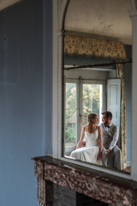"""""""Veel lichtjes in de tuin"""" Dat was ongeveer het belangrijkste dat we hadden onthouden van onze babbel met Eline en Dennis lang, lang geleden. Hoe hadden wij nu ook kunnen voorspellen dat, voor die lichtjes aan zouden we gaan, we getrakteerd zouden worden op een huwelijksdag zoals we er zelden één zien. Want daar, in Edegem, ontplooide zich een tuinfeest zoals de huwelijksfotografen van iso800 dat normaal enkel durven verwachten in het zuiden van Frankrijk."""