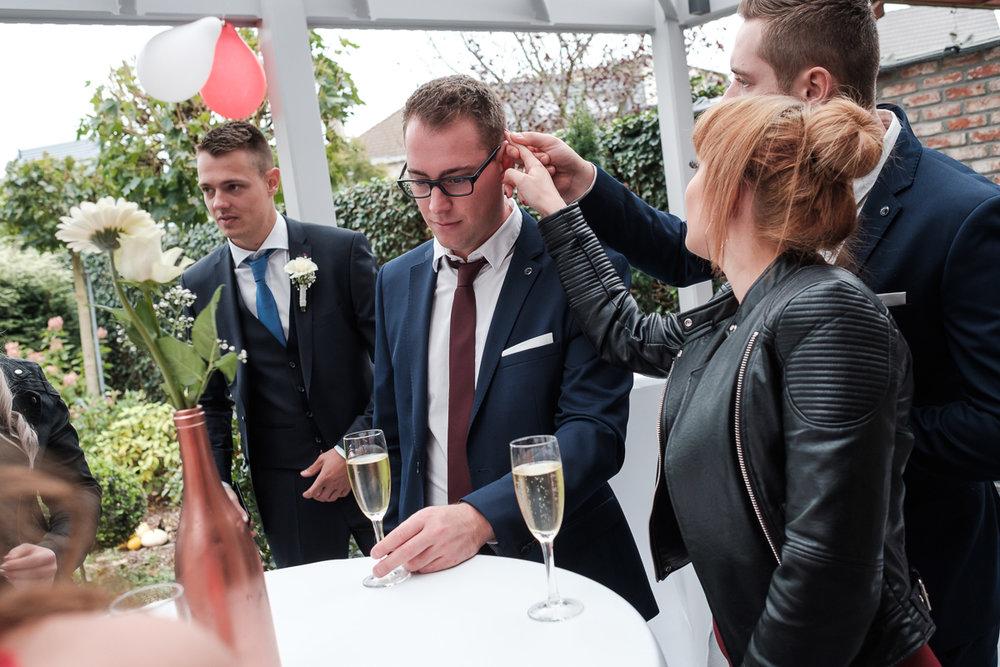 Dat moeten Dorien en Kristof gedacht hebben en dat is hoe ze zich van hun beste kant lieten zien dit weekend. Op een objectief miserabel druilerige dag was dit koppel nothing but sunshine. Onder het toeziend oog van vrienden en familie en de huwelijksfotograaf van iso800, gaven deze twee elkaar het ja-woord, in Cortewalle en even later nog eens in Domein 't Meersdael. Reden te over voor champagne en vuurwerk die respectievelijk rijkelijk vloeide en behoorlijk stonk.