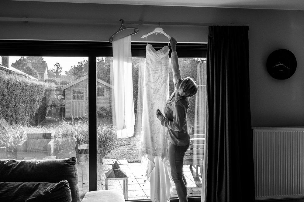 Het huwelijk van Sarah en Gerry was er eentje om in te kaderen. Starten deden ze in De Klinge, nabij Sint-Gillis-Waas, waar het burgerlijk deel van hun huwelijk plaats vond. Daarna ging het richting Beveren, voor foto's in Hof Ter Saksen. Een modderige fotograaf en wat geklim in bomen later, was het tijd voor de ceremonie in feestzaal Scala. De laatste zenuwen werden nog verbeten voor een knaller van een openingsdans, en daarna was het tijd om te feesten! Sarah en Gerry, geniet van de eerste beelden!