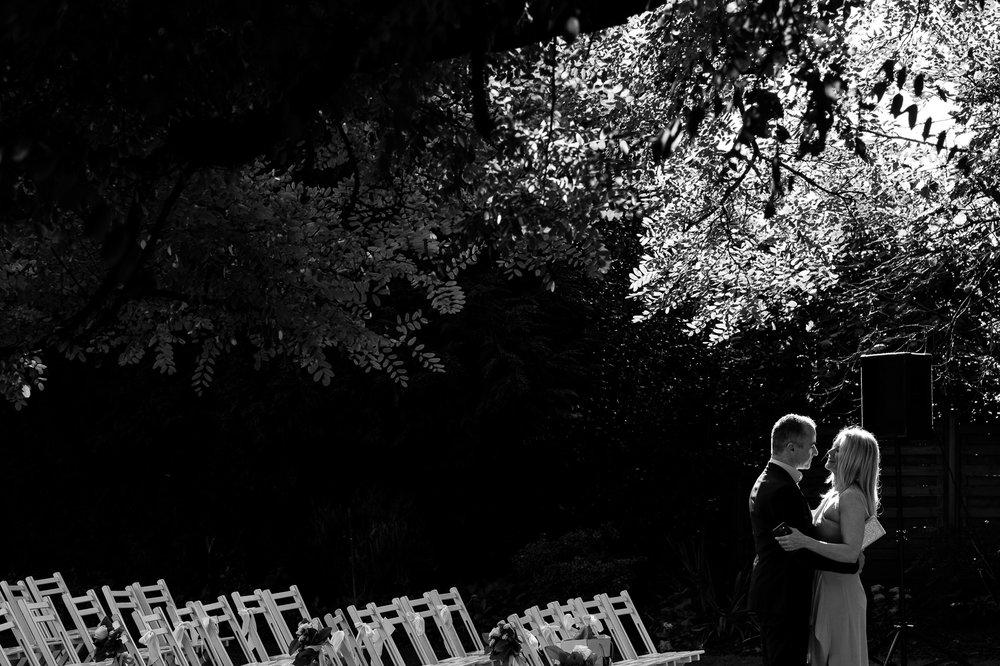 Het huwelijk van Sarah en Gerry was er eentje om in te kaderen. Starten deden ze in De Klinge, nabij Sint-Gillis-Waas, waar het burgerlijk deel van hun huwelijk plaats vond. Daarna ging het richting Beveren, voor foto's in Hof Ter Saksen. Een modderige fotograaf en wat geklim in bomen later, was het tijd voor de ceremonie in feestzaal Scala. De laatste zenuwen werden nog verbeten voor een knaller van een openingsdans, en daarna was het tijd om te feesten! Sarah en Gerry, geniet van de beelden die de huwelijksfotograaf van iso800 maakte!