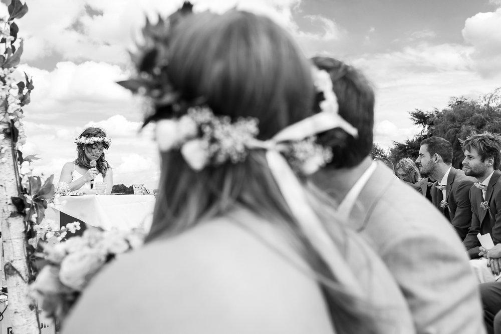 Etsy-gram-e-licious! Dat was het huwelijk van Chiara en Tim. Van de bloemenkroontjes tot de ceremonie met de voetjes in het zand. Van de matching outfits van de suite tot de Gin-en-Tonic bar. Van de immense taart tot confettikanonnen op het strand... Chiara en Tim hebben hun handen vol gehad aan het in elkaar knutselen van hun grote dag. Wij keken onze ogen uit.