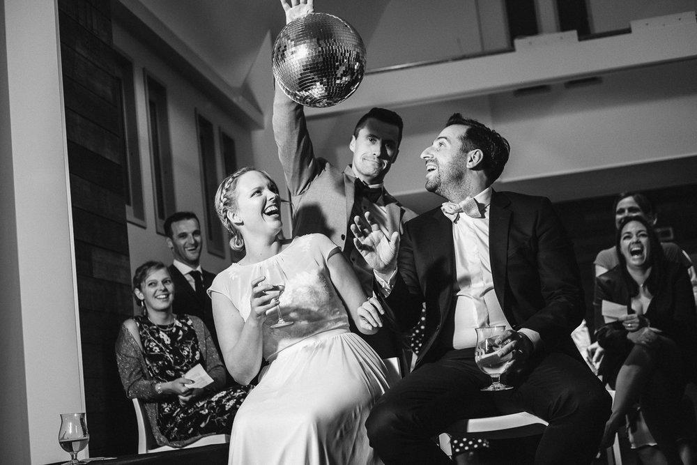 Sofie en Steven planden hun huwelijksdag helemaal zoals ze dat zelf wilden. Geen propvolle dag met drie receptie en een avondfeest waar je zelfs niet alle gasten kan praten, maar een gemoedelijke dag met tijd voor elkaar. Na het gemeentehuis van Willebroek gingen we voor de fotoshoot naar het Broek. Daarna ging het richting Muizen, naar feestzaal De Kapel voor een gezellig diner en een knaller van een dansfeest. Inclusief Mexicaanse foodtruck, en dan wéét je dat het goed zit.