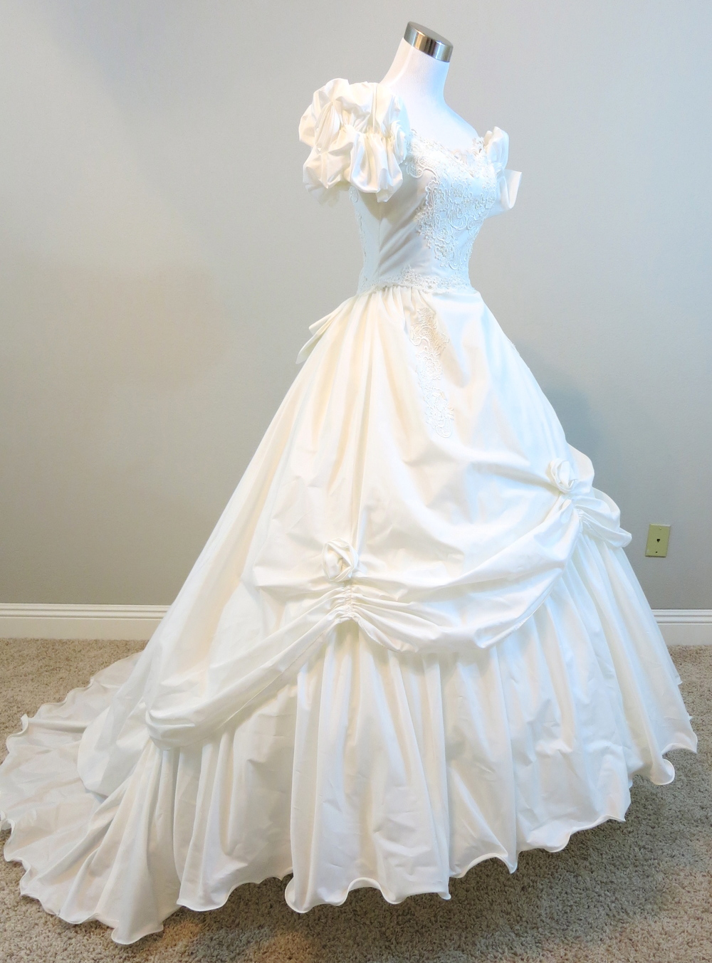 White Lace Southern Belle Wedding Gown (waist - 25\