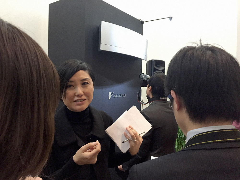 Press shows enormous interest for the launched product, Kyoko Tanaka is answering manifold questions.