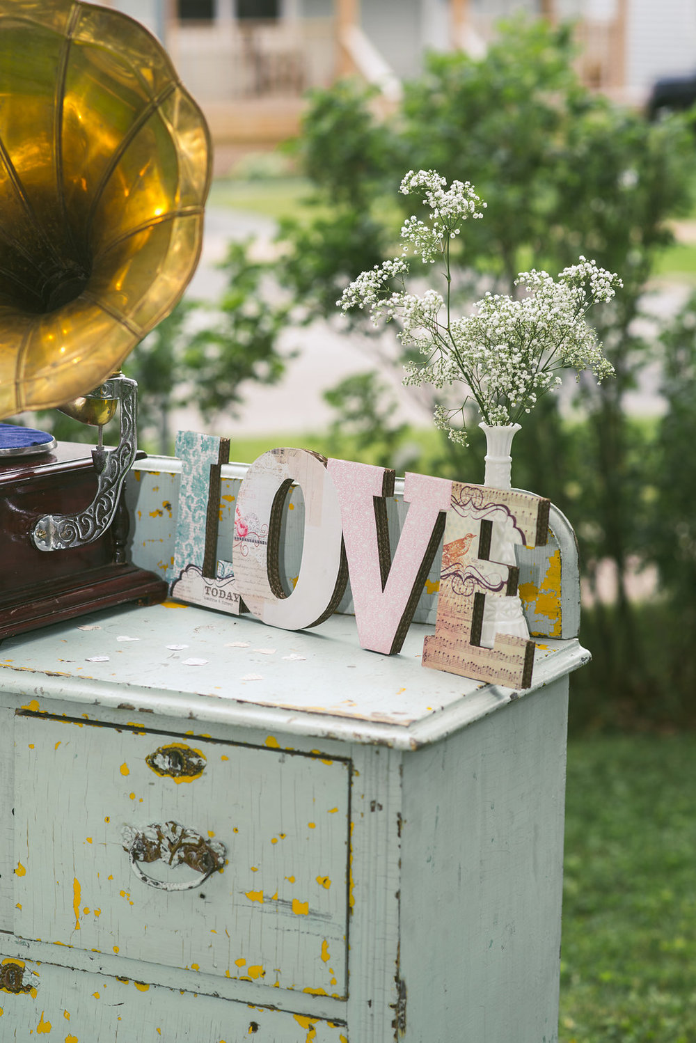 This bride went all out! An old gramophone on top of a vintage chest of drawers.