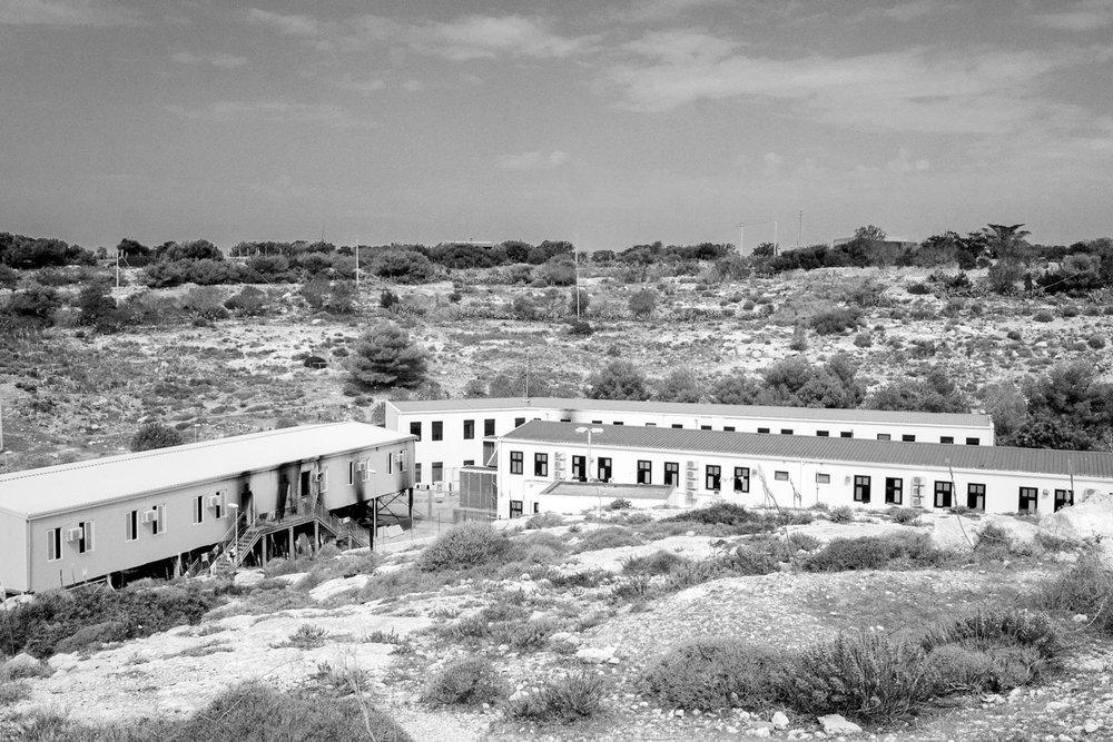 Una veduta dall'alto dell'hot-spot di Lampedusa, il cui accesso è interdetto a fotografi e giornalisti.