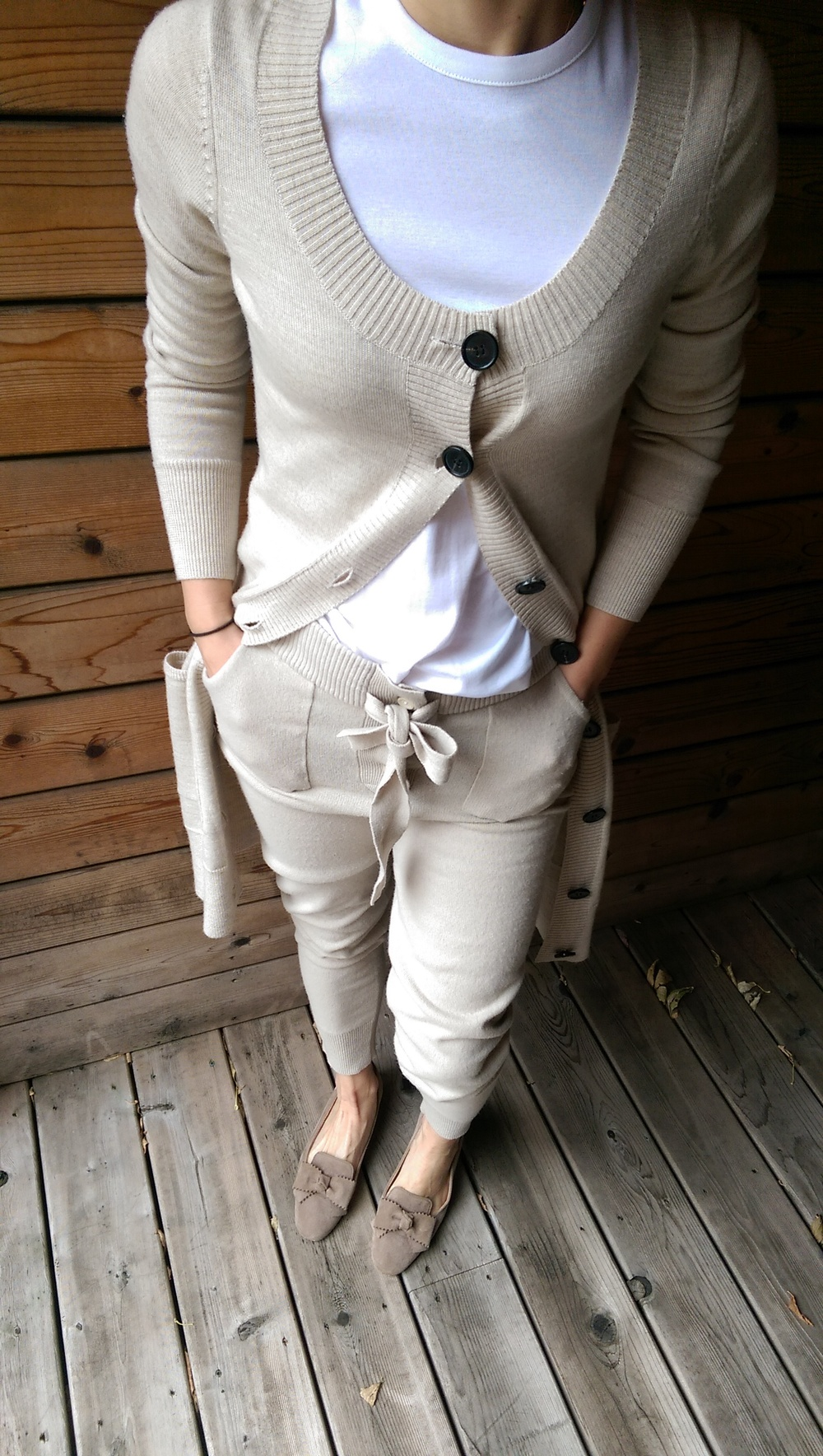 Recréez le look : T-Shirt coton égyptien Myto :Félicité. Cardigan cachemire mérinos et soie : Oreli. Legging laine de mérinos : Isabella