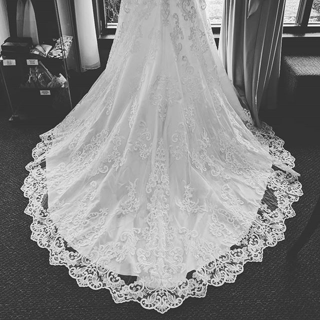 Such a beauty 👏 #traingoals  #eleganzagallery #allurebridals #allureromance #bride #weddingdress #engaged #train #elmhurstbridalshop #chicagowedding #chicagobride #weddingdresssamplesale