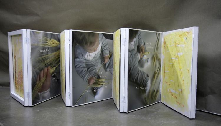 E là sotto non fai nulla?, 2011  Scultura libro composta da sette telai in legno dipinto di cm 80 x 60 con 14 pagine in carta cotone Sicari Graphia g 310 (di cui 9 stampe in calcografia, pastello, acquarello e 5 stampe fotografiche digitali)..