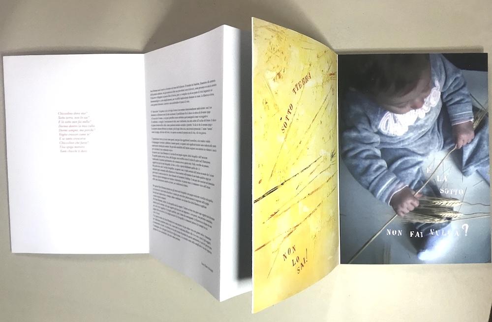 E là sotto non fai nulla?   2013 - foto digitale, stampa a secco, stampa xilografica con matrici in plexiglass, 26 x 18,5 cm (libro stampato su un unico foglio di bobina 25,4 x 1.272 cm)  Filastrocca della tradizione popolare italiana
