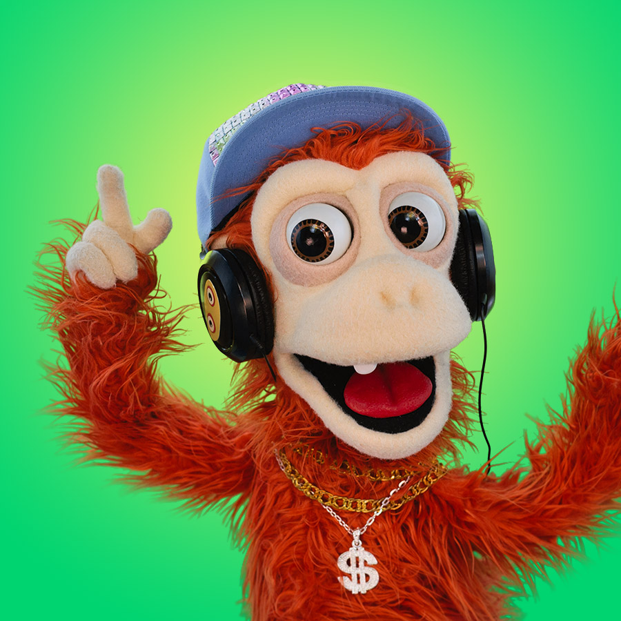 MONITO DJ   Monito DJ no es el más grande del elenco, pero sí es el más ruidoso. Con sus audífonos y su sonrisa traviesa, su misión es informar sobre los animales y que todos se paren a bailar. ¡Para un mono tan pequeño, vaya que sabe hacer grandes fiestas!