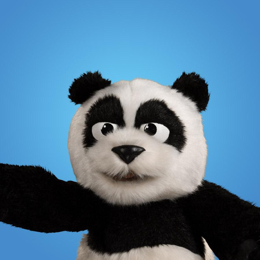 PANDA   Panda es un gigante muy gentil que se mueve y habla muy lento - ese es su estilo. Es muy chistoso sin siquiera intentarlo.